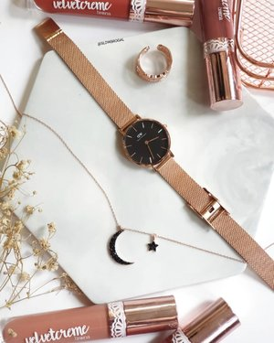 I just couldn't get enough of Rose Gold ❤️❤️ Anyone a Rose Gold fans like me?? 🤗🤗 . Sharing my favourite @danielwellington Petite Melrose 28mm (Black). ⌚⌚ I really love the combination of rose gold and midnight blue. 💙💙 . Shop yours now and enjoy 10% off on any two items or above and don't forget to use my code  for additional 15% off. They are offering free shipping and wrapping service now too! . . #DanielWellington #DWforeveryone #clozette