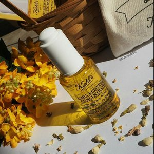 Giving my skin a morning boost with the latest Daily Reviving Concentrate. 🌞 Made of 100% natural origins oil including Ginger Root Essential Oils, Tamanu and Sunflower Seed Botanical Oils that helps to strengthen skin's natural barrier to protect it all throughout the day. 🌻🌻 The Kiehls's Daily Reviving Concentrate is absolutely non-pore clogging and non-acnegenic! 👍👍 Drop by to your nearest @kiehlssg outlet for complimentary samples!! 💕💕 #clozette #kiehlssg #kiehls