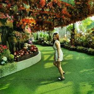 Because my happiness is as simple as seeing lots of colorful flowers only. I'm trying to do a commercial here 😂 . . . . . . . . . . #clozetteco #clozette #ootd #potd #beautifulflowers #gardenbythebay