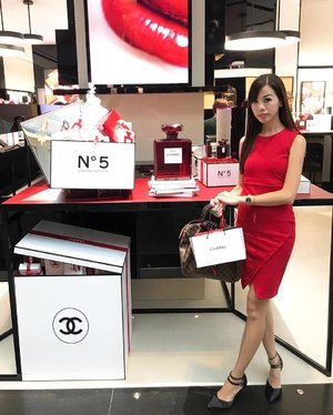 We were at @marinabaysands earlier, for @chanel.beauty's event. . Collected my annual gift & had calligraphy done on the lovely Christmas cards which were tied beautifully with ribbons! Candy sticks were from @penhaligons_london. . Also, we checked out the lovely lanterns at @louisvuitton & many more! Swipe left for more photos & videos. . #marinabaysands #chanel #chanelbeautysg #chanelbeauty #louisvuitton