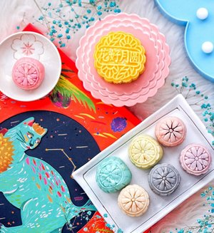 The freshest fruitiest mooncakes I've had this year! 🥭🍈🍫 @fuchongsg snow skin mooncakes contains Mao Shan Wang, Soursop, Sweet Potato with Chocolate Pearls, Dragon Fruit, Cempedak, Mango, Ondeh Ondeh and Black Truffle Lotus - a party in the mouth! 🥳 They sure know how to please with that ring-leader - The Mao Shan Wang mooncake is mainly real Durian pulp and I love the raw texture in every bite. Both hubs and I fought over the Black Truffle Lotus Snowskin that leaves a strong lingering truffle taste 😍🤩 The rest of the flavors are delicious too! They don't contain gelatine thus vegetarians can have them. 😋 . . . #rainbowqiyunz #qiyunzmooncakes #sgfoodie #fuchongsg #eatoutsg #singapore #mooncakes #mooncakefestival #midautumnfestival #burpple #sgfoodies #flatlayforever #flatlays #exploresg #sgfoodstagram #sgfoodguide #exploreflavours #foodphotography #sgfoodtrending #clozette