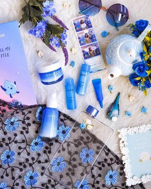 Not so new news coz I was waiting for my run of #blueqiyunz to post this up 😛💙 Back in June, @laneigesg unveiled two new hydration heroes, the LANEIGE Water Bank Hydro Cream EX and Water Bank Moisture Cream EX, both supercharged with Green Mineral Water🥬🥦🥒, a key ingredient filled with moisture-balancing minerals and reparative minerals extracted from a carefully selected range of super-vegetables!💙 I had a skin analysis and was recommended the Moisture Cream EX to strengthen moisture barriers in my dry combination skin. If you find a need to increase skins moisture content instead, Water Bank Hydro Cream EX will be your pick! . . . #laneigesg #laneige #waterbank #koreanskincare #kbeauty #kbeautylover #beautyflatlay #clozette #beautyjunkie #hydration #singapore #sgbloggers #sgbeauty #sgskincare #flatlayforever