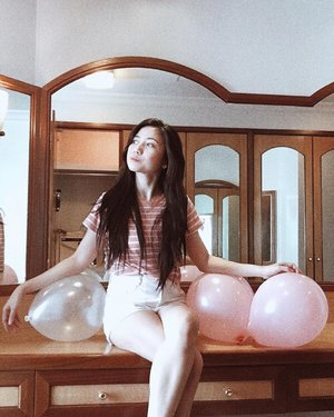 A throwback photo that kinda describes what I was feeling awhile ago —- trying my best to sit calmly (sans the aura pose lol) while waiting for my sister's labor. So excited to see my niece♥️♥️ yep, pink for girl. Hence, the pink balloons match the situation too. 😹