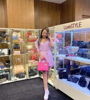 Browsing through the luxury bags at the Treasures of Time festival by @maxicashsg and I found this gorgeous pink @dior bag😍❤️ Don't forget to check it out this weekend! Last day tomorrow😘 There's so many goodies available: ·  Free quartz battery replacement limited to first 100 visitors each day; ·  A specially-curated vintage showcase featuring discontinued, rare and limited edition timepieces such as the Rolex Vintage Ladies Cocktail Watch, LeCoultre Vintage 18k Gold Case Watch and Rolex Vintage Oyster Ultra Prima ·  A live auction on rare timepieces, bags and many more!  Rsvp via the link: https://maxi-cash.com/treasuresoftime/ to get shopping vouchers worth up to $2000!🥰 • • • • • 📷: @kaitinghearts ❤️❤️ #luxestylesg #maxicashsg #chloewlootd #theorangepress #diorbag