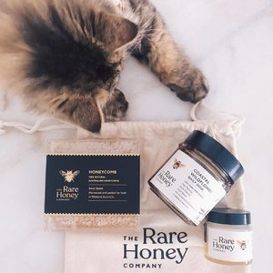 One interesting knowledge I'd gained from studying down under was of the benefits of honey. Do you know that a spoonful of honey a day is a good source of antioxidants, have antibacterial properties (super impt for a perpetually sick kitty here), aids insomnia and helps digestive issues too? I've gotten my 100% pure raw Australian honey from @therarehoneycompany and am particularly loving their Creamed Karri - its super smooth, with a hint of butterscotch flavors! Another interesting product to discover is their uncut honeycomb of course. The price is super reasonable for something so natural with no human interference so do check them out if you can! x . #clozette #therarehoneycompany #cleanbeauty #therarehoneycomb #bioactive #rawhoney #sgig