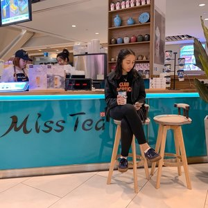 I've finally had the opportunity to head down to @missteasg and boy, the design on their cups first caught my eyes! . Totally in love with the fact that their tea beverages are made with natural ingredients and real fruit cuts, making them as refreshing as it can be! I got to try their Jasmin Scented Milk Tea ($4.80), Signature Milk Tea ($3.80), Black Pearl Milk Tea ($3.20) and Peach Oolong Tea ($3.90) 🥤 . Go head and try it yourself! 🔎 JCube 📍 B1-K13  #misstea #bubbletea #milktea #jcube #beverage #tea #drink #sgig #igsg #sgfaves #sp #missteasg #jcube_mall