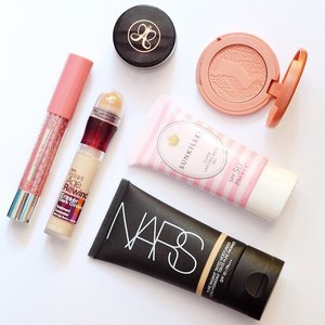 Keeping it cool with these no-fuss hot weather makeup picks! ☀️☁️ #clozette #makeup #flatlay