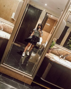 Never thought I'll ever say this but I was so excited to explore this washroom. @chrisanteamum told me I should take a picture in the washroom and I did. With swag. 🤪 . . . . . #exploring #explorewashroom #clozette #clozetteco #clozetter #starclozetter #instagood #inthetoilet #me #myself #artsy #art #artistic #thefullertonhotel