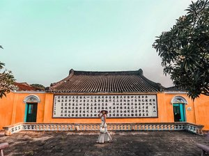 Don't understand a single word from the chinese character behind me but loving this elevation wall, it is really Hoi An infused with Chinese culture.. We got lost into the alley and suddenly found this wall, that's the beauty of wandering around in Hoi An, you'll always find surprises!  #YuniQuetravels #YuniInHoiAn #YuniInVietnam #HoiAn #VietnamNOW