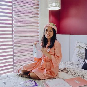 Taking a quick study break to hydrate my skin with the new @garnierph serum face mask in the cutest pink bathrobe! So many different masks to choose from and I absolutely love the Hydra Bomb! It's super hydrating and relaxing especially after feeling so tired during the day! #GarnierMaskMuna #GarnierPH