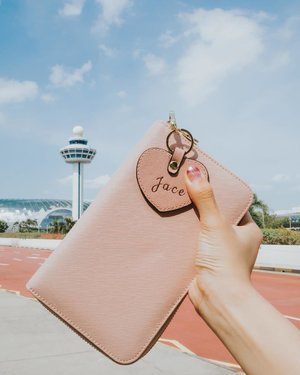 Let's escape the ordinary ✈️ . . Featuring @peppynomad handy travel wallet that has a compartment for your passport, boarding pass, cards, cash, pen, SIM card and iPhone pin. & I love love love the customized heart keyring too 💕 makes the perfect gift for any girl who likes to travel. There's also an end of season sale at the moment with discount up to 50%. 😱 WHAT ARE YOU WAITING FOR? Go check it out!! xx
