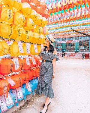 The colourful lanterns of #Jogyesa Temple ✨ We were lucky to be in Seoul at the end of April as the courtyard was decorated with these beautiful lanterns for Buddha's birthday in May 🏮🎏