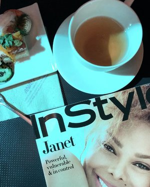 Stay calm and read @instylemagazine. ... From time to time, I like flipping through magazines comparing to e-mags. That's just me.. How about you? . . #instylemagazine #instyle #staycalm #malaysianblogger #travelblogger #divainmetravel #divagoestocalifornia #wanderlust #travelwithstyle #longhaulflight #flightreading #flatlay #airnipponairways #californiaadventure #airlinefood #clozette #holidayisover #passionpassport