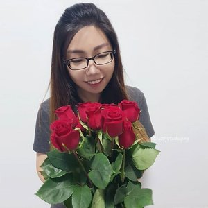 Thank you @rosesonlysg for sending over these lovely red long stem roses last week!  Roses Only Singapore is the go to florist for high quality long stem roses! They do same day delivery for orders before 5pm and every gift box comes with a care guide and flower food to help your roses last longer. Prices start from $39.95 for single rose gift boxes. #rosesonlysg #roses #clozette