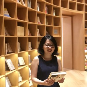 Throwback to my July Shanghai trip. One of my favourite photo taken at an extremely Instagramable bookshop.  Thank you @frankf219 for such a beautiful capture.  #nahmj #nahmjsg #shanghai #china #clozette #michnahootd #michootd #ootd #michnahtravel #michtravelshanghai