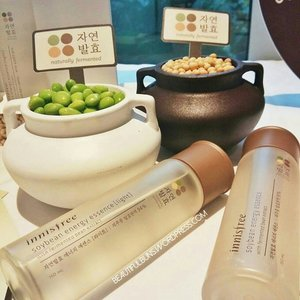I'm always a huge fan of Korean skincare, especially their first essences (skin activators), and now there's a newer, lighter version of Innisfree's Soybean Energy Essence! The new formulation has 94% fermented Jeju Soybean extract and has a more watery texture for those who prefer a more lightweight finish. Both versions are 6-in-1 essences to bring you radiance, clarity and skin health.