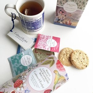 Today is the last day of @crabtreeevelynsgpopup @CrabtreeEvelynSG Pop-up Cafe at Paragon (10am-10pm). For $10nett you get to choice a tea of your choice and 3 biscuits/1scone with preserve but dont worry if you missed it. Head down to paragon boutique and you can purchase their teas/biscuits/preserves, the boutique does offer samples for selected flavors.  Having tea this morning with the White Chocolate and Raspberry biscuit, the first bite gives you a burst of raspberry followed by sweet white chocolate taste. Im not regretting not buying more of the biscuits! T.T plus #CrabtreeEvelyn biscuits do not have artificial colours, flavours or preservatives. I need to get the lavendar biscuits and lemon white chocolate biscuits next! #Crabtreeevelynsg  Highly recommend the following pairing -Early Grey Tea + Blueberry lavender preserves + lavender biscuits -Black Berry Tea + White chocolate raspberry biscuits -Afternoon Tea +White chocolate raspberry biscuits  Prices: Earl Grey/Afternoon/English Breakfast Tea(25s) $18 Blackberry/Mint Green Tea (10s) $10 6 Choice of biscuits $15-$18 Strawberry rose water/ Blueberry lavender Preserve $10  #clozette #touchpr #tea #teatime #earlgrey #sgigbeauty #sgigmakeup #whpmyoasis #instagramers #instagood