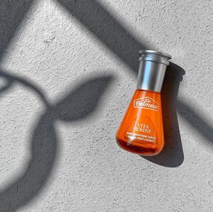 Do you know what bugs a skincare lover realistically speaking? It is the need to use multiple treatment products/steps to target various skin concerns. But if the new serum from The Face Shop Dr.Belmeur's line has its way, it would really solve various common skin issues with just okie neat orange bottle! ------------------------------------------ Dr.Belmeur Vita Serine Tone Smoothing Serum - a triple treat facial serum with tone brightening Niacinamide and Vitamin C, moisture and wound healing Panthenol, Collagen boosting and lines smoothing Serine, intense hydrator Squalane and Shea Butter, and skin reliving Camphor Oil. Additionally, there are other botanical extracts to round up the formula. ------------------------------------------ I have tested a wee bit of the serum on my hand and first impression of it is positive because I was afraid it is going to be tacky and rich,  it that is not the case! It is such a light watery gel and feels really....nothing once absorbed into the skin. . Also, why Serine you ask? Well, I have posted a brief explanation of what it does in my IG unboxing story. Serine is an amino acid, but what it does for the skin exactly, head on over to my IG story to find out! —— #TheFaceShop #TheFaceshopSG #TheFaceShopDrBelmeur #DrBelmeur #DrBelmeurVitaSerineSerum #VitaSerine #FaceSerum #Clozette #Skincare #SponsoredProduct