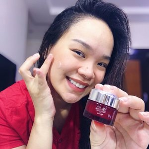 """Talk about an ultra-light moisturizer, @olayphilippines Regenerist Whip totally surprised me. I know that this powerful skincare product is a cult favorite and when I tried for the first time, I understood why. It's probably the lightest and quick absorbing moisturizer I have tried. 👍🏼 Nowadays I get home really tired, at the end of the day I tend to want """"fast and easy"""" skin care without weighing my skin down. This is exactly the product that suits my needs. I also use this in the morning because of how non-greasy it is. It gets absorbed my the skin so quickly, leaving it feeling smooth and flawless, and perfect as a base for my makeup too. 😍 Best of all, it is equipped with Amino Peptide Complex that actively hydrates to improve skin elasticity and firmness while diminishing the look of fine lines and wrinkles. Who wouldn't want that right? 😀  Anybody can definitely #feelthewhip and #glowupfearlessly because it now comes in travel-sized version too. If you're still unsure and want to try it out for free, you can grab samples at @sampleroomph ! #olayph #sampleroomph #olayphilippines #yellowyum #msyellowyum #beauty #beautyph #beautyblogger #beautybloggerph #bblogger #bbloggerph #manilablogger #lifestyle #lifestyleblogger #pinayvlogger #blogger #bloggerph #youtube #youtuber #youtuberph #vlogger #vloggerph #clozette #srbeautyinsider"""