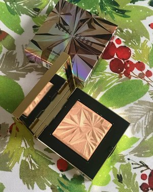 """@bobbibrownuk """"Golden Hour"""" Luxe Illuminating Powder. So smooth & buttery.👍🏻 It is a gorgeous gold shade with a hint of peach tone. It reminded me a bit of the new one from Benefit tbh., only this is so much more buttery and not chunky. Could not get this out of my mind ever since @chicprofileofficial showed this to me. Yesterday @johnlewisandpartners had 20% off on all @bobbibrown products so ... • • S T U N N I N G • • #MyRomana #Clozette #BobbiBrown #BobbiBrownGoldenHour #BobbiBrownUK #JohnLewisBeauty #beautylover #beautyproducts #cosmetics  #ilovemakeup #instabeauty #instamakeup #beautyblogger #lipstick #blusher #makeupblogger #makeuplover #makeupoftheday #motd #makeupfeed #makeupcollection #newnew #makeuphaul #beautygram #makeupflatlay #slaytheflatlay #maquillage #beautyroutine"""