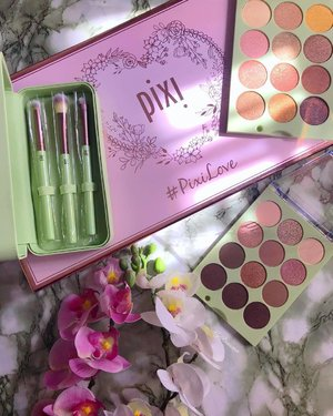 @pixibeauty makes pigmented and buttery eye shadows that are a mix of wearable colours of mattes & shimmers. Soft synthetic eye brushes that effortlessly pick up pigment and makes blending super easy. 🍁 🍁 I'm very familiar with their eye shadows and my all time fav is ItsEyeTime #PixiPretties collab with @itsjudytime 🍁 🍁 So these 2 new ones I received did not disappoint. I played around with these already and yes they're the same quality. 🍁 🍁 Thank you @pixibeauty for your generosity. 🍁 🍁 #MyRomana #MyRomanaPixi #clozette #PixiLove #PixiBeauty #PRGifted #PixiByPetra @pixibeautyuk @pstroppe @sephoramy @cultbeauty #clozette