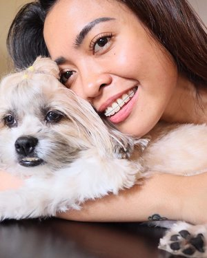 Good morning from me and my still sleepy baby @myprincesschuchai 🤗🐶 __. PS. This photo has no edits nor filter, just the natural morning glow from the 🌤 plus amazing effects of my 2nd session of @luminisce_official White Blanc Laser (see IG stories and soon on my vlog), and lastly, @newlounge.ph Summer lashes that can block 60%-90% UV rays! __ I'll also share a vlog soon on my channel about why I got braces again. These are Sapphire Braces by @dmkbdentalclinic 😁. Have a great day, friendzels! ❤️. __ #luminiscepodium #newloungeph #summerlashes #dmkbdentalclinic #princesschuchai #clozette #shesingsbeauty