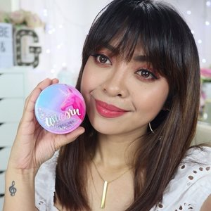 Found my current go-to, and for me the BEST CUSHION FOUNDATION for MORENA / Pinay skin tone so far!  400 pesos lang siya sa @shopee_ph!  Got mine from @makeyoublushph! Full review on my YouTube channel or just click the link on my bio 👆🏻 You're welcome 😘  PS. Yung nagrereview ako pero laging napapansin yung mga earrings ko 😅 The pair I'm wearing here is from @krissyfiedmakes ❤️