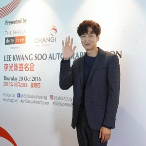 Look who's here to celebrate the first anniversary of #ShillaBeautyLoft with us this afternoon? Annyeong, Lee Kwang Soo! Also, look out for brand new Travel Ready 20-minute beauty services such as eye massages and quick-fix facial treatments by Dior, La Prairie & SK-II from now till December! #Clozette #ShillaSGXKwangSoo