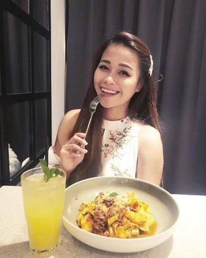 Tryna be all kawaii 👧🏻 but my friends know I'm a kaiju 🧟♀️ .  #potd #tuesday #food #beesknees #nomnom #clozette 📷: @jwanting