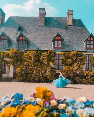 Just another day skipping around and twirling in my royal garden 😜⁣ ⁣ If you wanna explore the Châteaus of Loire Valley like me, the best way is to self drive. The country side is really beautiful. Getting a small car might be easier because some of the roads are pretty narrow.⁣ ⁣ Have a beautiful weekend 🌞⁣ .⁣ .⁣ .⁣ .⁣ #travelgirlsgo #travelinladies #travelbloggers #sheisnotlost #backpackerstory #speechlessplaces #sidewalkerdaily #damestravel #buscablogs #iamtb #thewanderingtourist #thetravelwomen #travelrepost #iammissadventure #dametraveler #darlingescapes #gltlove #girlsdreamtravel #girlaroundworld #traveldreamseekers #ladiesgoneglobal #traveltagged #iamatraveller #prettylittleiiispo #loirevalley #clozette #singapore  #citizenfemme #chateau #ChâteaudeChenonceau