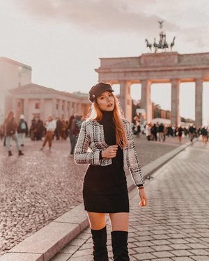 Golden hour at #Brandenburggate #Berlin, #appreciatingmoments like this 📸travel photoshoot by: @sweet.escape You can get your travel photoshoot done for all sorts of occasions, be it a family shoot, proposal shoot, couple shoot, wedding shoot, etc . Promocode Esther for either: 1. $50 off + 30 extra photos, valid for 2 hours package outside ID, PH, SG 2. Extra 50 photos, valid for 2 hours package in ID, PH, SG only #EstherwandersxGermany