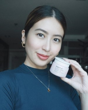 so @innisfreephilippines just released a new line of products highlighting the #jejucherryblossom! my favorite is the tone-up cream as it makes my skin bloom and glow. it instantly brightens my face and hydrates my skin so much, it feels so soft when you touch it right after application. the cream smells so good, too! have you tried this #innisfreeph product already? 🌸 . #innisfree #blossomtoneup #dewybloomingskin #glassskincream