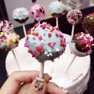 A 💕🍭Cakepop for you to sweeten your weekend! Had lotsa fun @Thewhiteombre making these cake pops. Thanks Chef Nic. Your recipe is damn Delish!! 👅💕 Looking forward to make my edible batch #cakepops #thewhiteombre #clozette