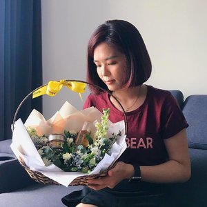 Received a beautiful surprise from @mamondemalaysia and @50gram.com.my yesterday ❤️ Can't help staring at these beautiful flowers. 😍 Seriously I can't wait to give a try on the new Vital Vitamin range. Remember to swipe left to take a closer look at the Vital Vitamin Essence and Cream. 😉 #mamondemalaysia #inspiredbyflowers #janiceyxbeauty #mamondekorea #sephoramy #mamondevitalvitamin #skincare