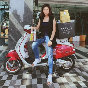 Awesome delivery with the new addition to Shiseido WASO range from team #ShiseidoMalaysia in the cute Vespa. 💕 Kudos to Shiseido Malaysia team for being so creative and thoughtful as always! I also received a pack of healthy juices from @lifejuiceco to kickstart my day. 😊 . More details on the new products will be up on this space and my IG stories soon ❤️ . #ChangeYourMood #MochiMoment #ShiseidoWASO #janiceyxbeauty #lifejuice