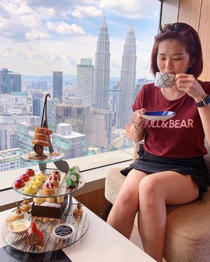 So much ❤️ for this picturesque view. Can't stop emphasising how much I'm in love with the place. 😍 @banyantreekualalumpur . .  #throwback #banyantree #banyantreekualalumpur #altitudebanyantree #hightea #afternoontea #petronastwintowers