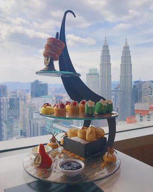 Yesterday's view for my high tea session. ❤️ Loving this gorgeous view overlooking the Petronas Twin Tower 😍 . #banyantreekualalumpur #banyantreehotel #hightea #petronastwintower #altitudebanyantreekl #foodporn #aestheticview