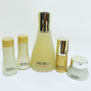 SU:M37° Secret Line Product Range comes with Secret Balancing Toner, Secret Enhancing Emulsion & Secret Cream. This basic skin care product is to pair with their signature essence which is Secret Essence + Secret Essence Double Concentrate. I use Secret Essence for day time only and Double Concentrate I use it at night as I think I need Double Dose of Secret Essence due to sleeping in air-con room! The whole range of product is easy to apply on my skin. It is to absorb yet and effectively keep my skin healthy! My skin feels hydrate all day! The Ceramides ingredient helps strengthen weaken skin barrier and promote healthier cellular growth. . Hope you enjoy my SU:M37 review since early Nov 2018 as I'm proud to be one of their ambassador. SU:M37 would like recruit new batch of SU:M37 to trial on SU:M37 signature products. You must have minimum 1000 followers to qualify as their ambassador and they could only select from 1 of my follower. DM me if you interested and I will submit your detail to SU:M37. They will contact you if you are selected 😘 Looking forwards to see the new batch of ambassador and hope you enjoy it as much as I do!  #sumsociety #sum37sg and #sum37 @sum37sg
