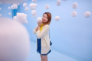 One day I will create a machine to make the sky rain marshmallows like this 😍 Can I bring one of this super soft marshmallows home pleaseeee 🙏🏻 #selfiemuseumkl . . . . . #clozette #blue #clouds #marshmallows