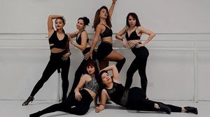 SWIPE LEFT FOR THE VIDEO So ecstatic that I finally got to join these ladies and take a class with teacher @sheenaveracruz! ❤️ Learned about the art of PERFORMING - feeling the music, body awareness, and connecting with your fellow artists and the audience. More than the choreography, we learned about ourselves and how our bodies want to and can move. Ang saya! 🎶 Flesh - Miguel — #clozette #clozetteco #performancearts #dance #danceclass #artists #fitness #lifestyle