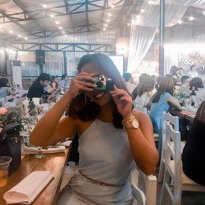 Pwede bang magpa-picture kasama ka? Para naman ma-develop tayo 🙃 Old school pick-up lines para sa mga 90s kids! Hahaha double tap if you can relate (oy, aminin 😂). — #clozette #clozetteco #stylesurgeryblog #bloggersph #camera #oldschool #filmphotography #disposablecamera #events #weddingsph #funny #lol #pickupline