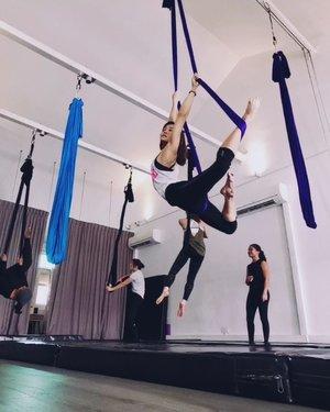 Documenting my Hammock class #3: Loving today's 2x combo✨ Thank you @fiqzfly 💕  Background music: Could I Love You Any More by Renée Dominique & Jason Mraz  #xinlisilks #xinlihammocks #alternativefitness #mpdssingapore #aerialdance #aerialist #aeriallove #aerialarts #aerialhammock #aerialistsofig #gottomovesg #fitnesssg #fitspo #flexibility #fitgirl #singapore #clozette #trysomethingneweveryday #lornajane