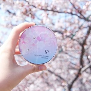 Honestly, this is the prettiest LE cushion ever for this Spring 2016. Got this in Korea last week during travel. 🌸 ISA KNOX Micro Foam Cushion Silk Cover 🌸 . Well, I have one extra No.23 to let go. Lemme know ya :) #IsaKnox #YeenBeaute #Korea #Beauty #Blogger #Clozette #BBCushion #KBeauty #Feature #MakeUp