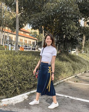Pleats please! 💛 Wearing @dniersingapore O-ring Side Pleated Skirt, the material is so soft and comfy for our tropical weather. The side pleated detail is really unique and you can even switch up the ribbon to match your outfit. Swipe to watch the pleats sway~ . #ParadeofOOTD #dniersingapore #clozette