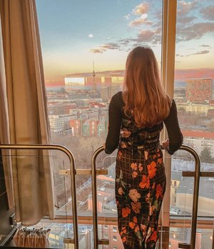 Standing from 16 floors above ground, the view of the Berlin city scape is impeccable at sun down. 🌅 . #ParadeofOOTD #ParadeofAdventures #mango #mangosg #solarskybar #berlin #visitberlin #germany #clozette #ootd