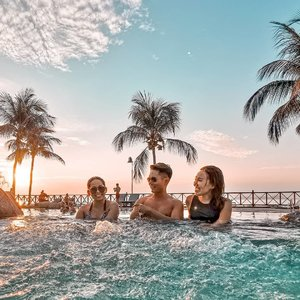 Weekend should like this. Enjoying beautiful sunset with some awesome company in the pool. Can't wait to start my Advance diving tomorrow with @udivemalaysia Oh yes, Tioman Island Conservation Day (#TICD2019) will be held in Oct. This year, Berjaya Tioman Resort will introduce a new and exciting initiative to conserve coral reefs. So stay tuned for more updates from @berjayatiomanresort_official . . 📸: @huaweimobilesg P30pro . . #berjayatiomanresort #udive #huaweimobilesg #huaweimobilesg #huaweip30pro #travelmadedifferent #natgeotravel #clozette #seetheworld #aroundtheworld #beautifulplaces #passionpassport #womenwhoexplore #thetravelwomen #citizenfemme #sheisnotlost #girldiscoverers #shewhowanders #roamtheplanet #wearetravelgirls #borntotravel #femmetravel #travelstoke #travel3sixty  #globetrotter #traveltheworld #mhctravelogue