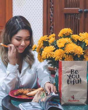 When dinner time is @nandosmy 🍗😍❤️✨ . Also you can now order Nandos with @honestbeemy and have your meal delivered to you which is just really fab and super convenient too 👏🏼 In the meantime, hope everyone is having a great Friday night- and as for me, I will be tucking into this, chilling and watching Netflix 📺 Gotta say, cheers to the weekend! 🥳💜 . #nandosmalaysia #honestbee #honestbeemalaysia #nandosmy #dinnertime #fridaynight #food #clozette