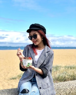 Currently missing: Breakfast by the beach 🏖 (even tho it was freezing cold and we were eating cold açai bowls lmao #teenagerfood 😂) • • • #carinnxtravel #carinninaustralia #carinninmelbourne #whatrinnwore #carinneats #australia #melbourne #acaibowl #healthyfood #hipsterfood #breakfast #soulpress #brightonbeach #beach #clozette