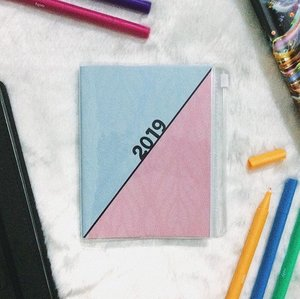 This 2019 BDJ Petit Planner is perfect for people who always on-the-go because it's very handy and compact. It features monthly and weekly calendar layouts where you can write your errands or random thoughts, special pages for listing ideas and bucket list. It is 12 x 14.5 cm, smythe-sewn binding, 100gsm white paper, 144 pages and has PVC cover with zipper where you can put little things like credit card or your identification card. - If you're looking for a planner that is not bulky this BDJ Petit Planner is perfect for you! Grab yours now at shop.ilovebdj.com ❤️ #beautyctionary #bdjplanner #bdjplannerexplorer #bdjplanwithme #clozette #lifestyle #2019 #productreview #likeforlikesw