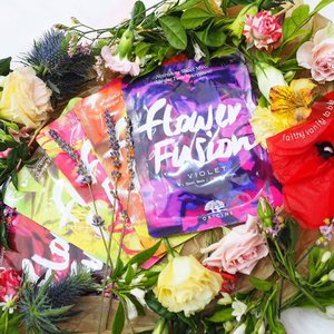 Last evening, we had the privilege of previewing Origins new #FlowerFusion Hydrating Sheet Masks amongst the beautiful blooms @poppyflorastudio! Packed in colourful sachets, these natural bamboo sheets are infused with 100% Natural essential oils & flower waxes.  6 floral options to suit every skincare need: 🌼 Jasmine (soften) 💜 Lavender (soothe) 🍊 Orange Flower (brighten) ❤ Raspberry (refresh) 🌹 Rose (hydrate) 💙 Violet (nourish)  Give them a whiff, and you'll feel like you are instantly transported to a colourful spring garden! In response to Origins' philosophy of #NeverStopDiscovering, I smelled all of them and discovered my new favourite is Orange Flower (among my usual preferences of rose and lavender)! Enjoy soft petal skin now with @origins.sg now. Available exclusively @sephorasg. #OriginsSg #sephorasg #facialmasks #clozette